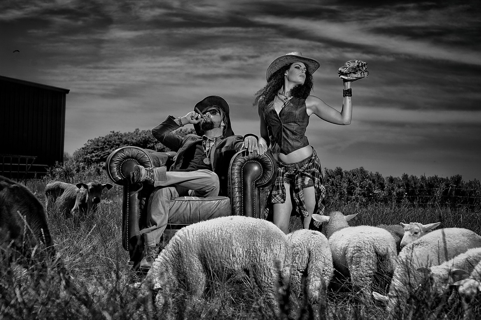 Ein bauerpaar auf Sylt posiert auf einem englischem Sessel in Landschaft von Sylt