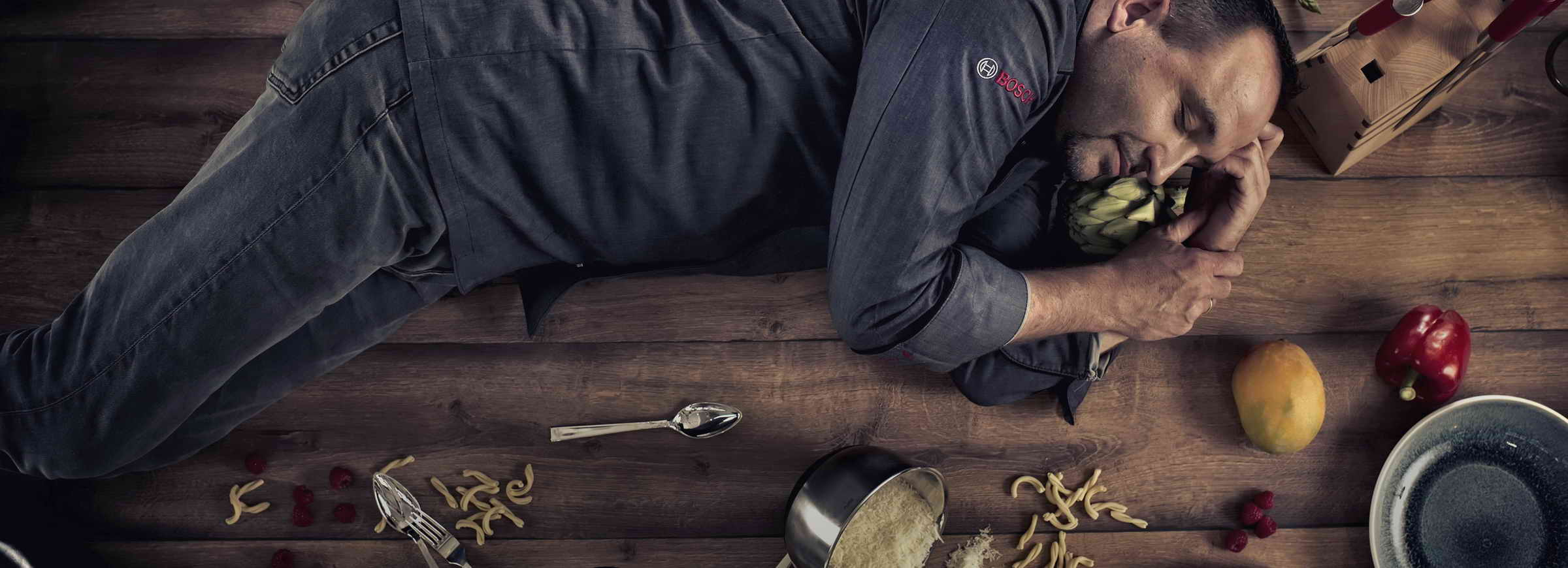 Alexandro Pape, ein aussergewöhnlicher Koch macht gerade einen Mittagsschläfchen auf dem Esstisch.